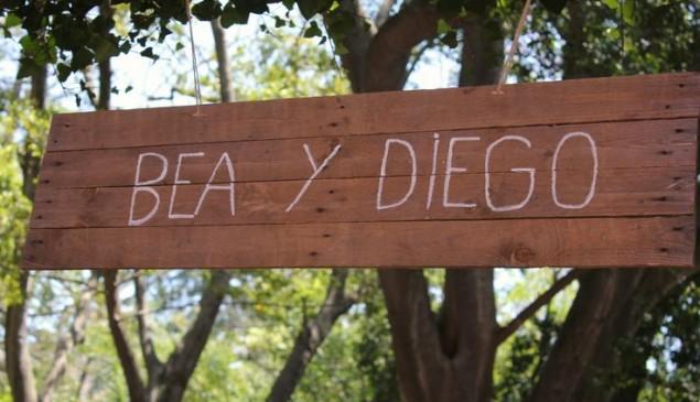 Letrero de madera: Bea y Diego.