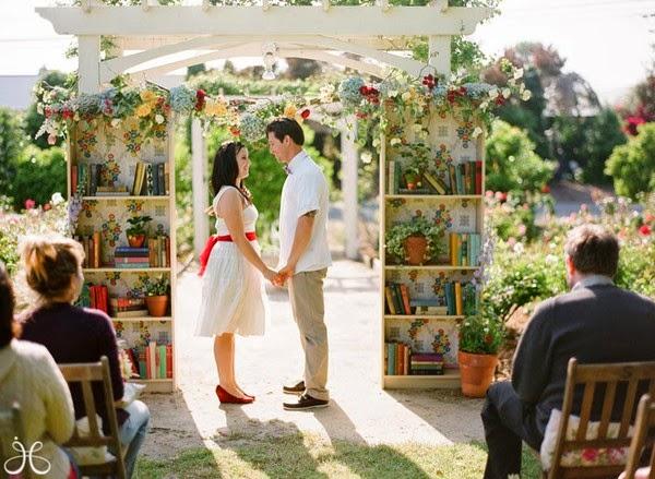 altar con libros boda